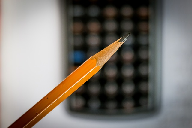 Ołówek na tle kalkulatora