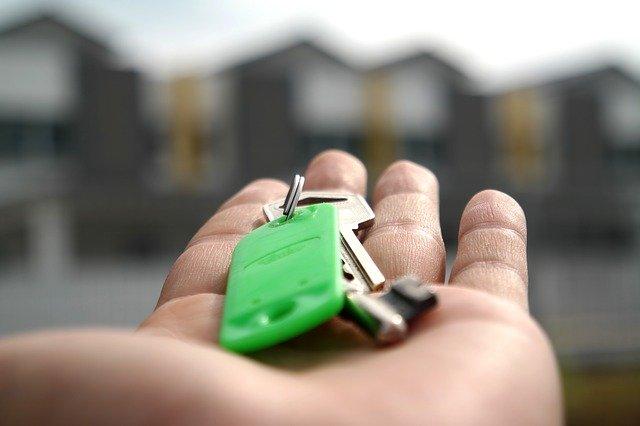 Człowiek trzyma w ręku klucze
