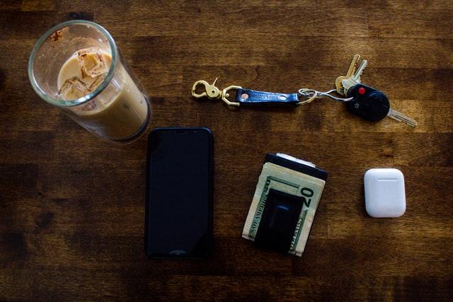 Kluczyki do samochodu, portfel i telefon
