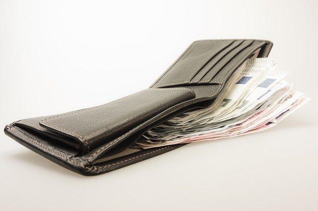 otwarty portfel z piniędzmi w środku